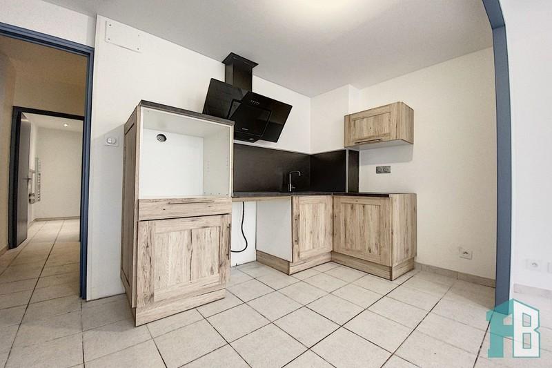 Appartement Eyguières Centre,  Location appartement  3 pièces   81m²