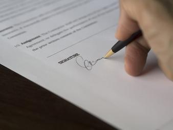 Photos Promesse de vente ou compromis de vente : quel contrat choisir ?