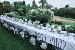 Location saisonnière maison de campagne Bonnieux table dressée à l'extérieur 22 couverts